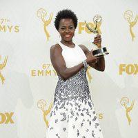 Viola Davis posando con su Premio Emmy 2015