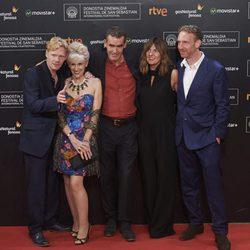 Michael Schaeffer, Anita Dobson, Rufus Norris, Clare Burt y Paul Thornley posan en la alfombra roja de la 63 ceremonia de clausura del Festival de Cine de