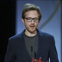 Rudi Rosenberg recibe el premio Kutxabank-Nuevos Directores por su película 'Le Nouveau' durante la ceremonia de clausura de la 63ª edición del Festival In