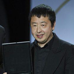Jia Zhang-ke recibe el premio del público por su película 'Mountains may depart' durante la ceremonia de clausura de la 63ª edición del Festival Internacio