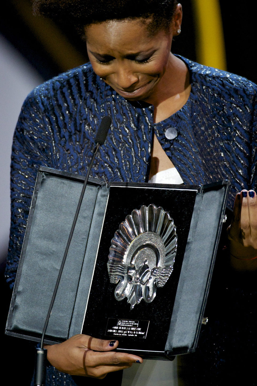 Yordanka Ariosa recibe la Concha de Plata a la Mejor Actriz por la película 'El rey de la Habana' durante la ceremonia de clausura del Festival de Cine de