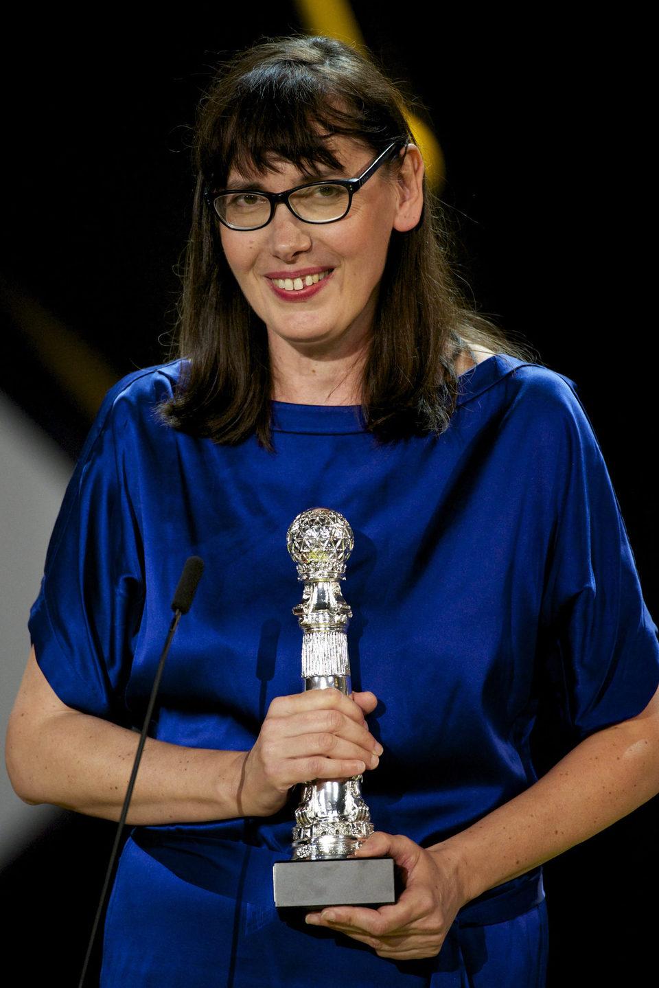 Lucile Hadzihalilovic recibe el Premio Especial del Jurado por la película 'Evolución' durante la ceremonia de clausura del Festival de Cine de San Sebasti