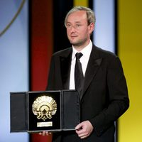 Runar Runarsson recibe la Concha de Oro a la mejor película por 'Gorriones' durante la ceremonia de clausura del Festival de Cine de San Sebastián