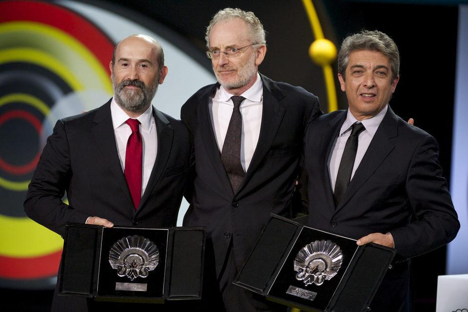 Javier Cámara, Umberto Pasolini (miembro del jurado) y Ricardo Darín posan juntos durante la ceremonia de clausura del Festival de Cine de San Sebastián