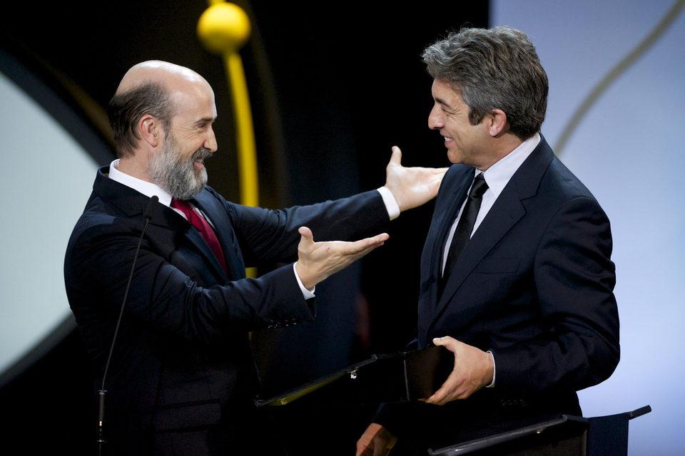 Javier Cámara y Ricardo Darin reciben el la Concha de Plata al mejor actor por la película 'Truman' durante el acto de clausura del 63º Festival de Cine de