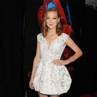 Emily Coutts en la premiere en Nueva York de 'La cumbre escarlata'