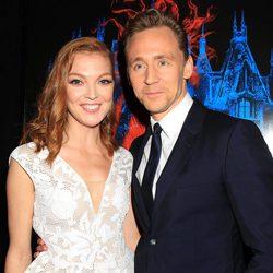 Tom Hiddleston y Emily Coutts en la premiere en Nueva York de 'La cumbre escarlata'