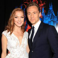 Tom Hiddleston y Emily Coutts en la premiere en Nueva York de 'La cumbre escarlata'