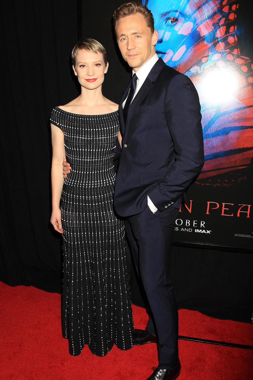 Tom Hiddleston y Mia Wasikowska en la premiere en Nueva York de 'La cumbre escarlata'