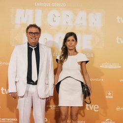 Pablo Carnobell y su pareja posan de blanco en la alfombra roja de la premiere de 'Mi gran noche'
