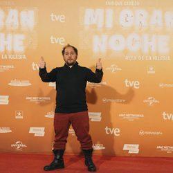 Tomás Pozzi saluda en la alfombra roja de la premiere de 'Mi gran noche'