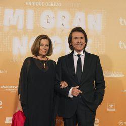 Raphael y su esposa posan en la alfombra roja de la premiere 'Mi gran noche'