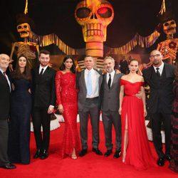 El reparto de 'Spectre' posando en la premiere de Mexico