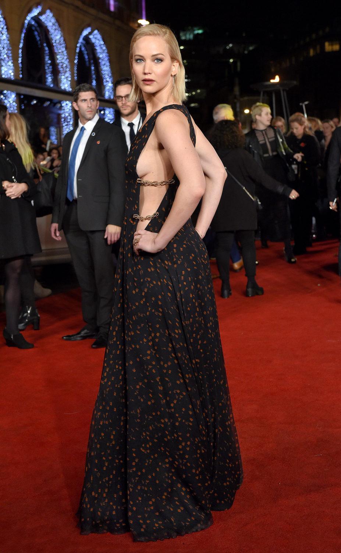 Imagen completa de Jennifer Lawrence posando sensualmente en la premiere de 'Los juegos del Hambre: Sinsajo - Parte 2'