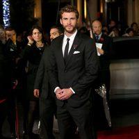 Liam Hemsworth vestido de gala en la premiere de 'Los Juegos del Hambre: Sinsajo - Parte 2'