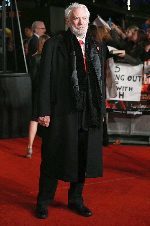 Donald Sutherland derrocha elegancia en la premiere de 'Los Juegos del Hambre: Sinsajo - Parte 2'