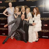 Las actrices de 'Los Juegos del Hambre' y Woody Harrelson en la premiere de 'Sinsajo - Parte 2'