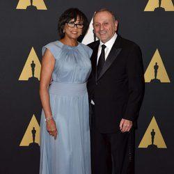 Cheryl Boone Isaacs y su marido en los Governor's Awards 2015