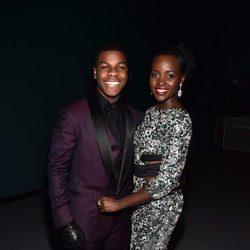 John Boyega y Lupita Nyong'o en la premiere de 'Star Wars: El despertar de la fuerza'