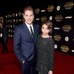 Dominic Sherwood y Sara Hyland en la premiere de 'Star Wars: El despertar de la fuerza'