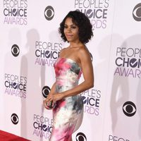 Kelly McCreary durante los People's Choice Awards 2016
