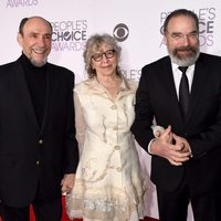 F.Murray Abraham, Mandy Patinkin y Kathryn Grody durante los People's Choice Awards 2016