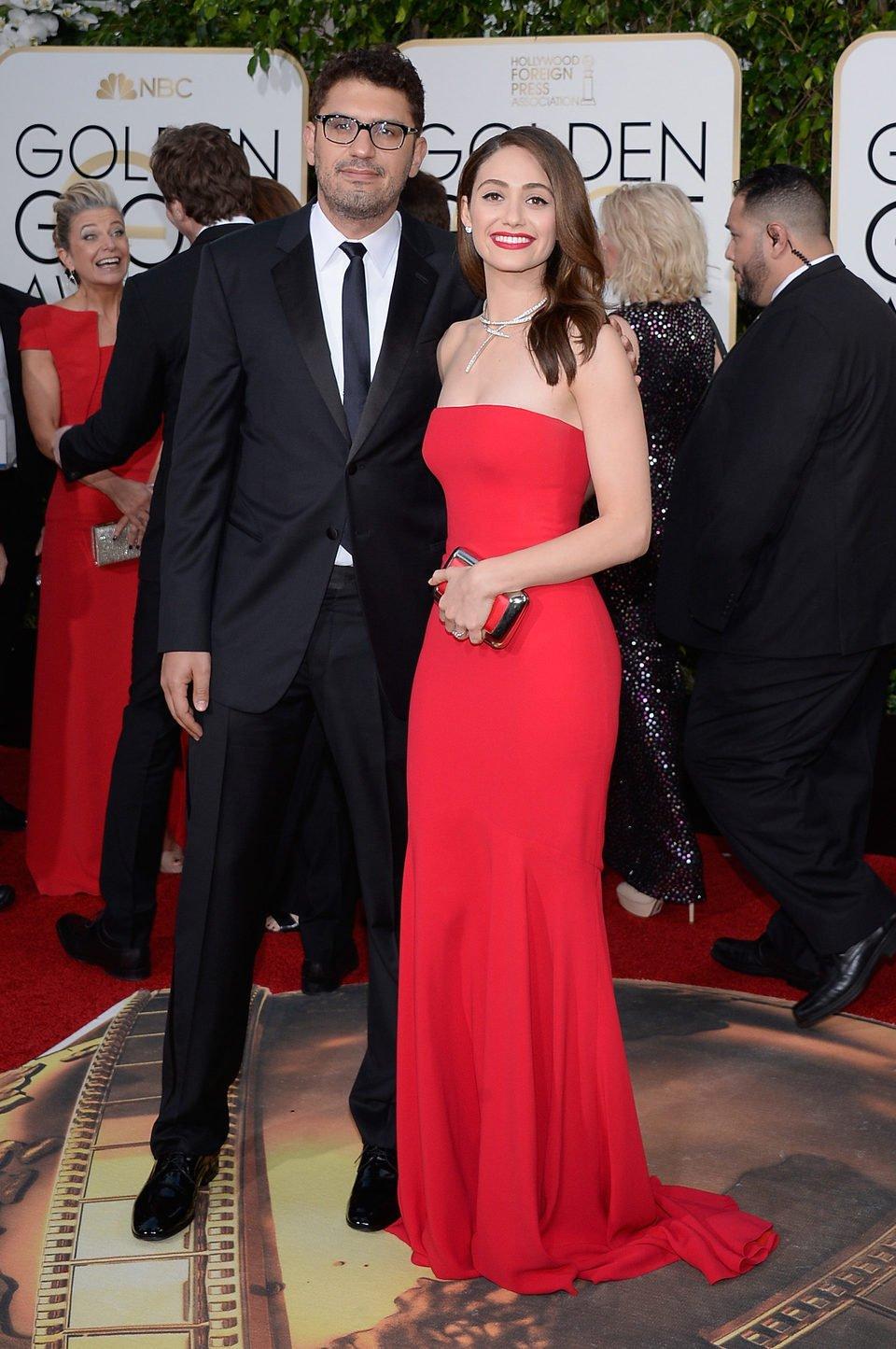 Emmy Rossum y Sam Esmail en la alfombra roja de los Globos de Oro 2016