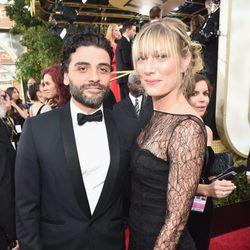 Oscar Isaac y Maria Miranda en la alfombra roja de los Globos de Oro 2016