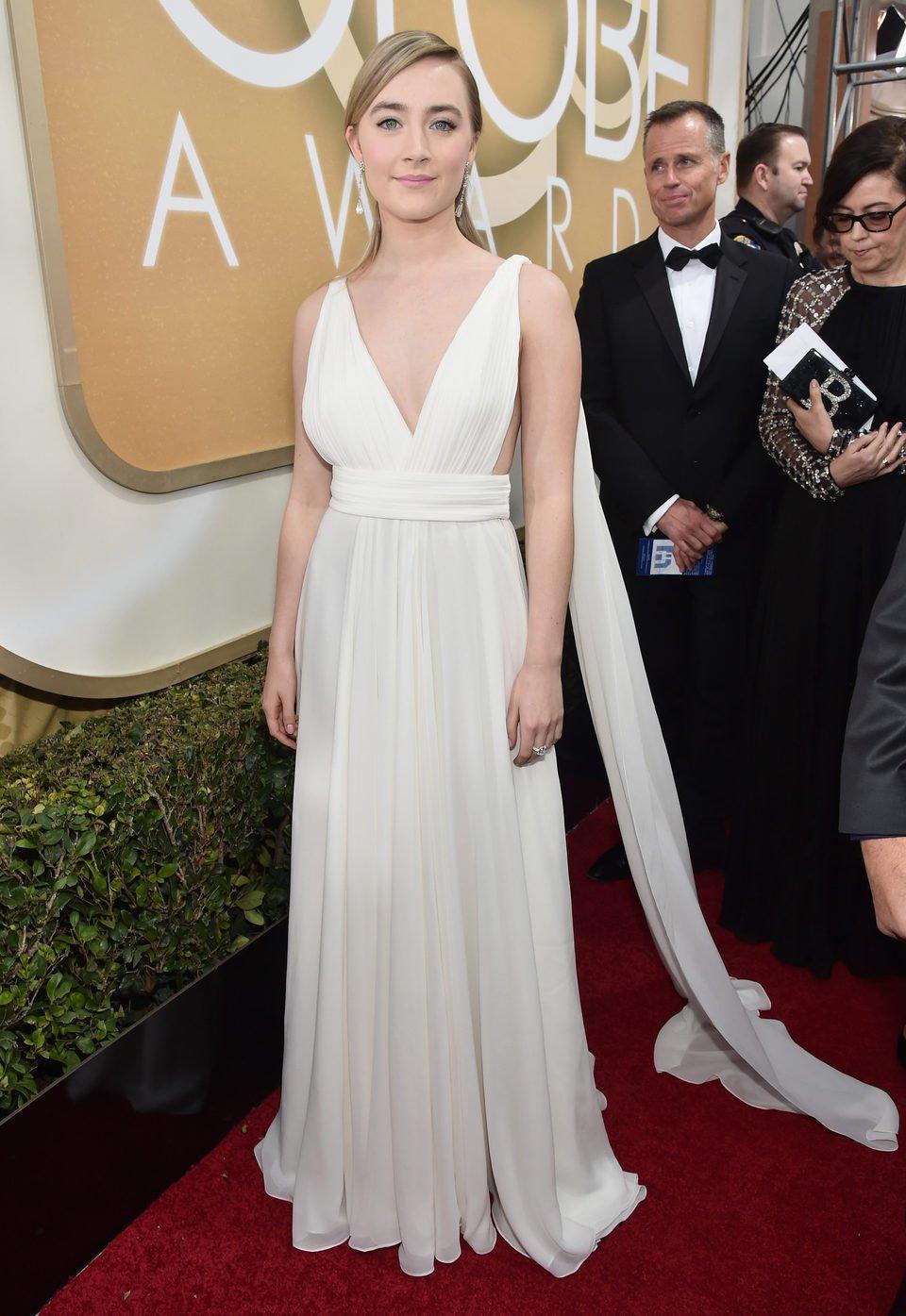 Saoirse Ronan en la alfombra roja en los Globos de Oro 2016