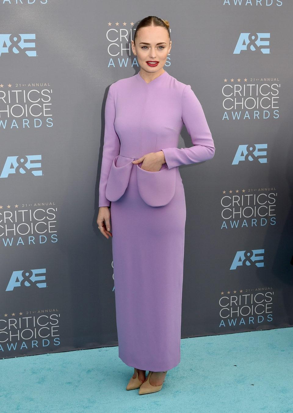 Laura Haddock en la alfombra roja de los Critics Choice Awards 2016