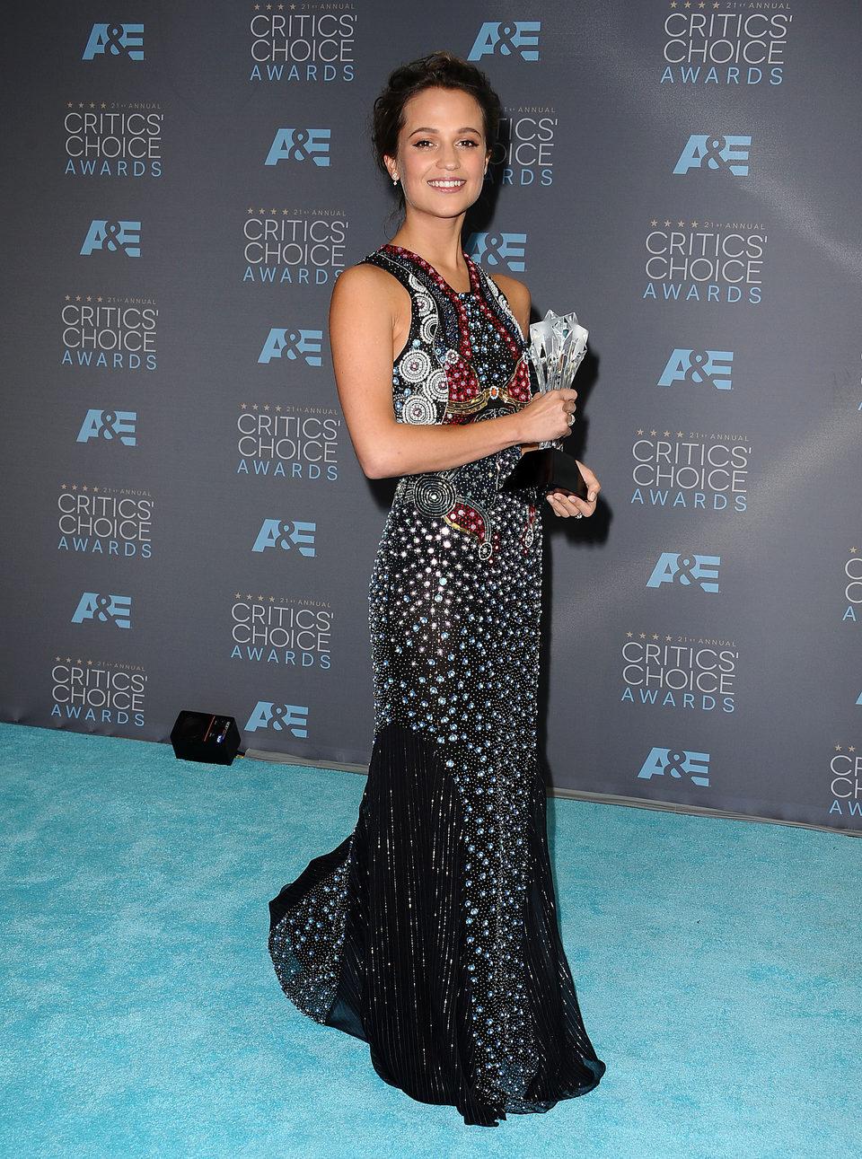 Alicia Vikander se alzó con el premio a mejor actriz de reparto en los Critics Choice Awards 2016