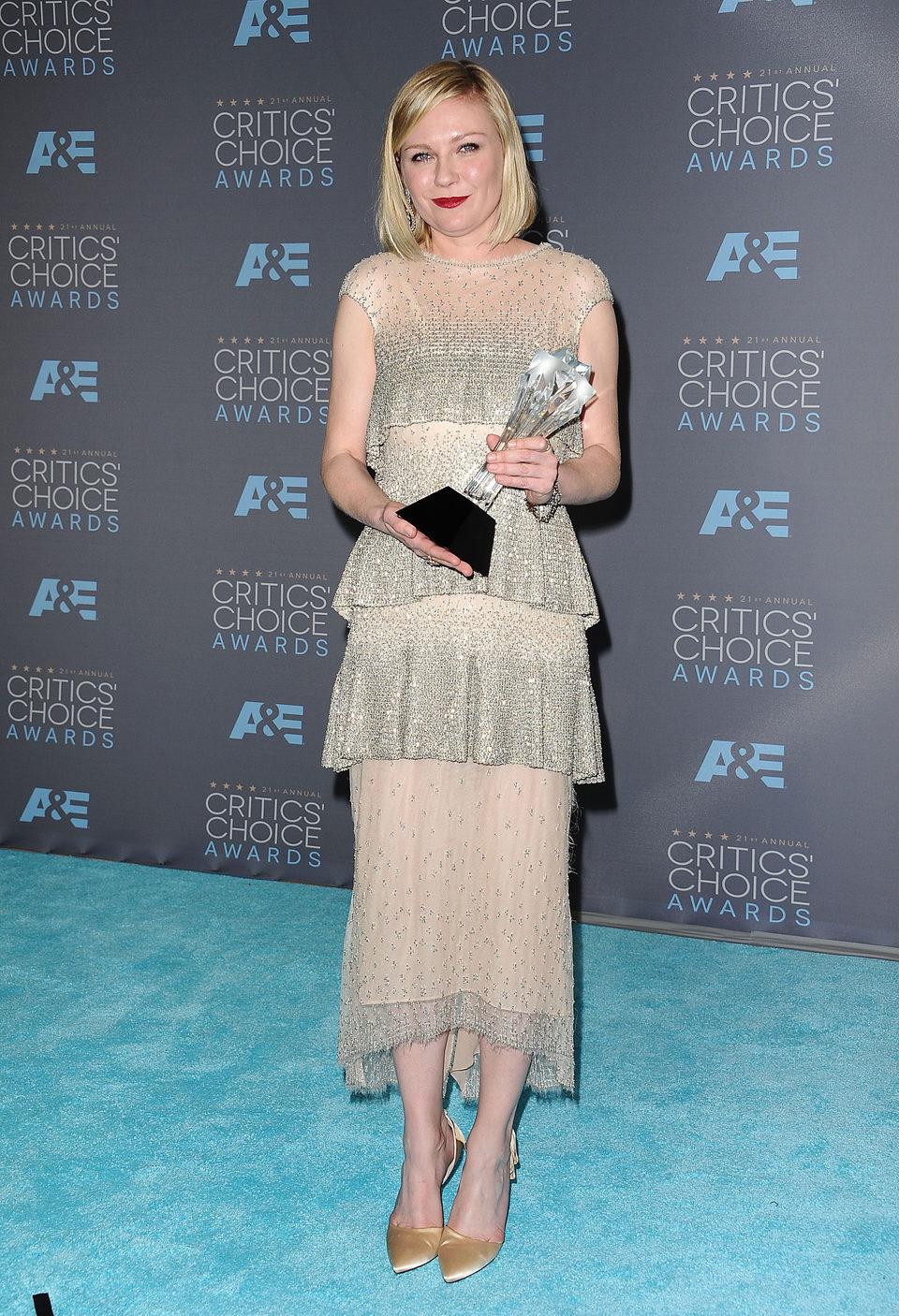 Kirsten Dunst tras recibir su premio por 'Fargo' en los Critics Choice Awards 2016