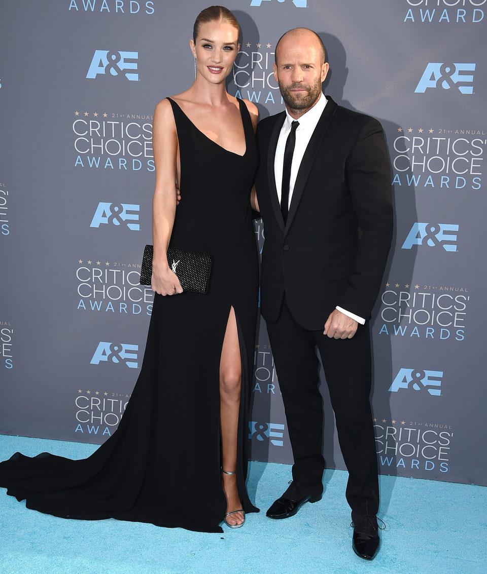 Jason Statham acudió a la gala de los Critics Choice Awards 2016 en compañía de su pareja