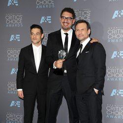 Los actores y el director de Mr. Robot sobre la alfombra roja de los Critics Choice Awards 2016