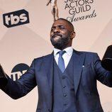 Idris Elba y sus dos premios en los SAG Awards 2016