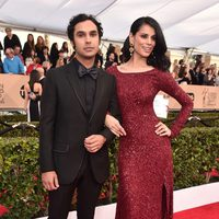Kunal Nayyar and Neha Kapur in red carpet of SAG Awards 2016