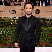 Johnny Galecki at the SAG Awards 2016 red carpet