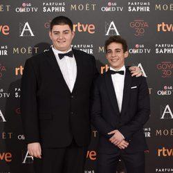 Miguel Herrán y Antonio Bachiller en la alfombra roja de los Premios Goya 2016