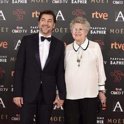Javier Bardem y Pilar Bardem en la alfombra roja de los Premios Goya 2016