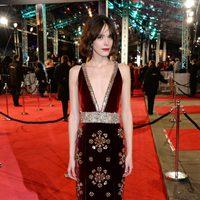Stacy Martin en la alfombra roja de los BAFTA Awards 2016