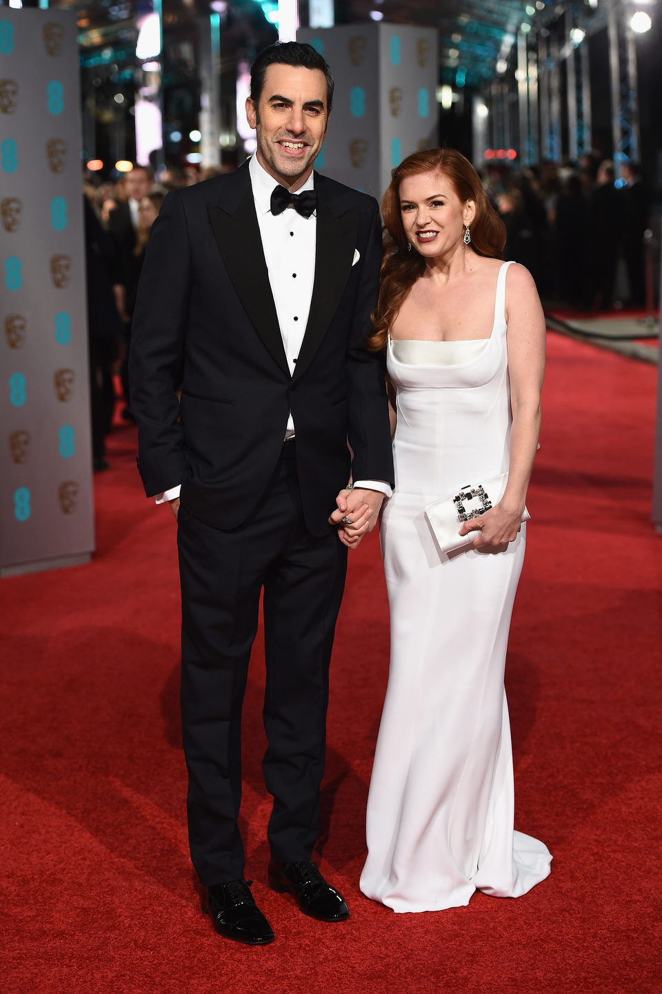 Sacha Baron Cohen e Isla Fisher en la alfombra roja de los BAFTA Awards 2016