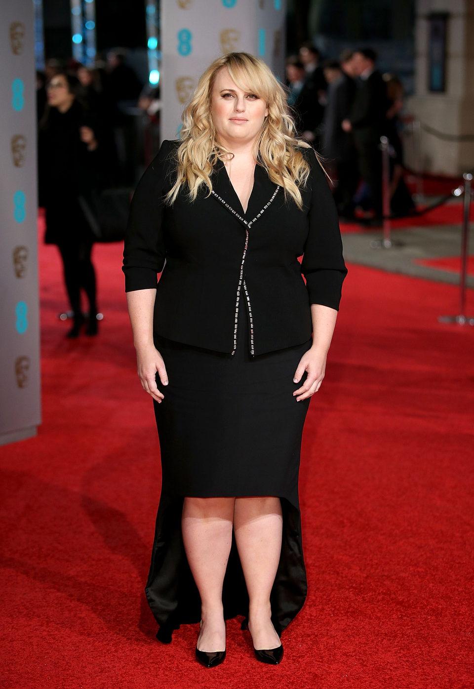 Rebel Wilson en la alfombra roja de los BAFTA Awards 2016