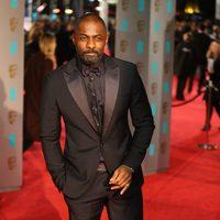 Idris Elba en la alfombra roja de los BAFTA Awards 2016