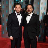 Leonardo DiCaprio y Alejandro G. Iñárritu en la alfombra roja de los BAFTA Awards 2016