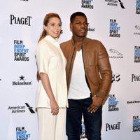 Elizabeth Olsen y John Boyega en la alfombra roja de los Independent Spirit Awards 2016