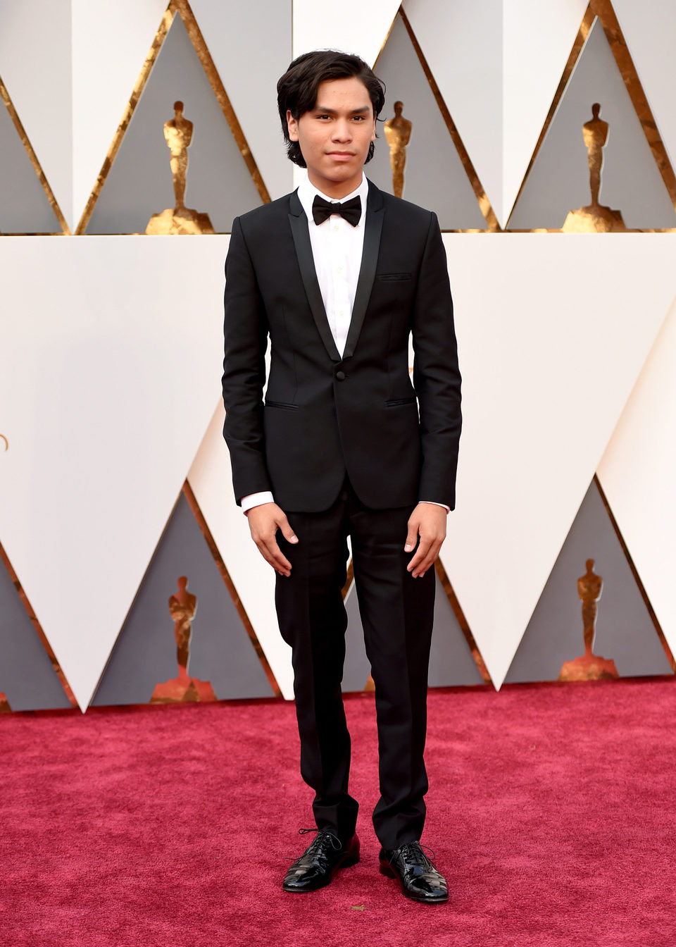 Forrest Goodluck en la alfombra roja de los Oscar 2016