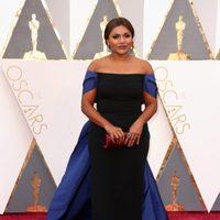 Mindy Kaling en la alfombra roja de los Oscar 2016