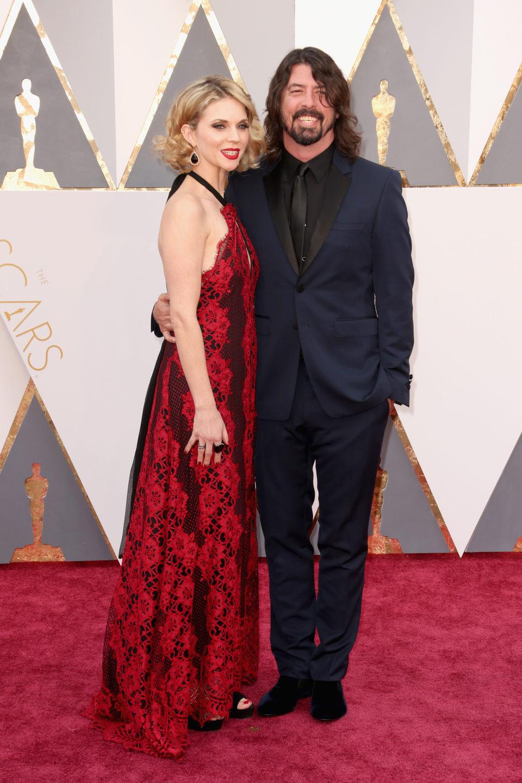 Dave Grohl y Jordyn Blum en la alfombra roja de los Oscar 2016
