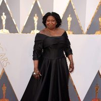 Whoopi Goldberg en la alfombra roja de los Oscar 2016