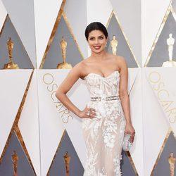 Priyanka Chopra en la alfombra roja de los Oscar 2016